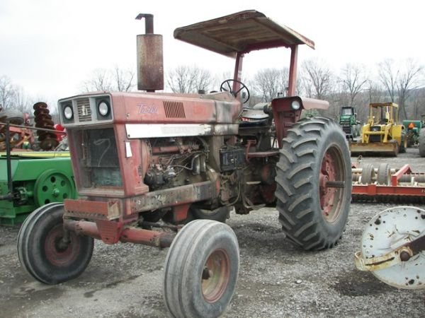 507: International IH 1066 Farm Tractor w/ 2 Post ROPS