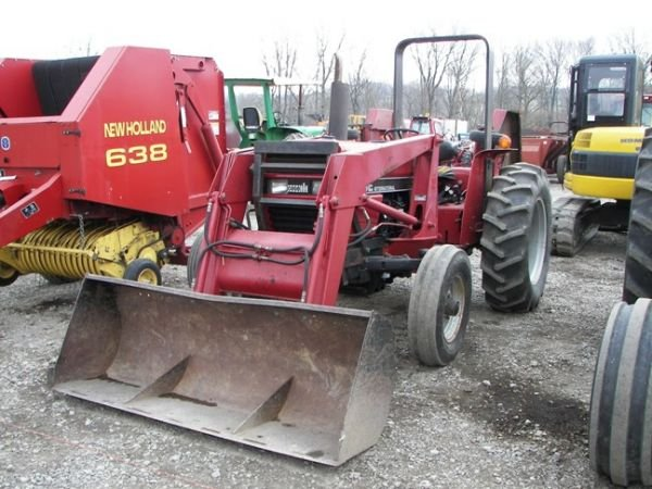 518: Case International 485 Tractor w/ 2200 Loader 800