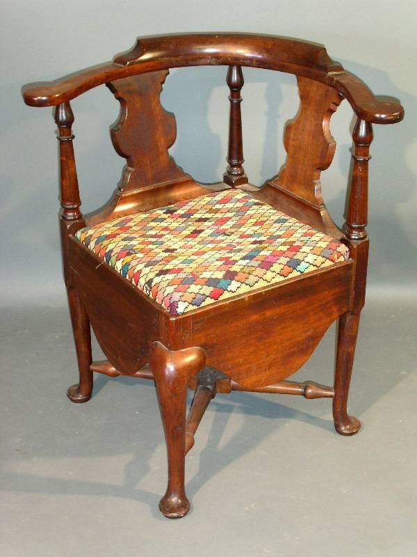 "260: Queen Anne mahogany corner chair, 18th c. 29.25""h"