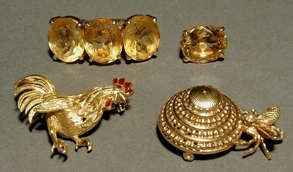 251: Group of gold ladies jewelry- 18k rooster pin with