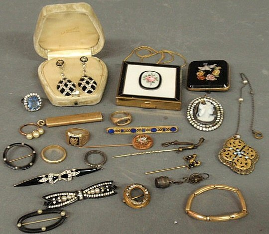 442: Group of jewelry and accessories TI a 14k gold Pe