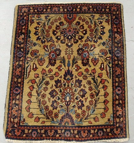 Sarouk oriental mat with floral patterns and red