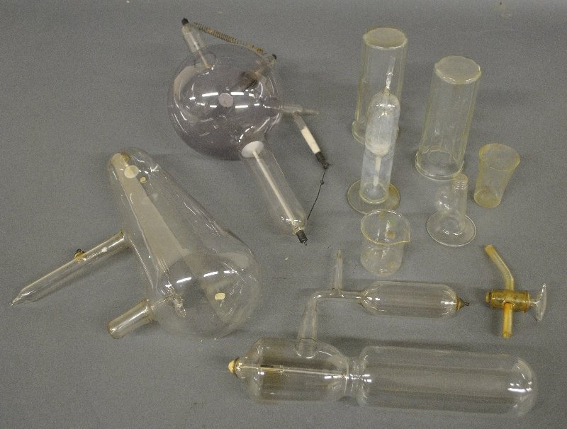 Ten pieces of scientific glassware vessels, some with