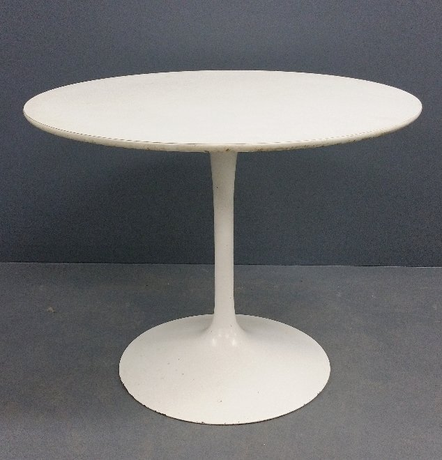 """Mid-century modern table in the manner of Knoll. 28 ¼"""""""