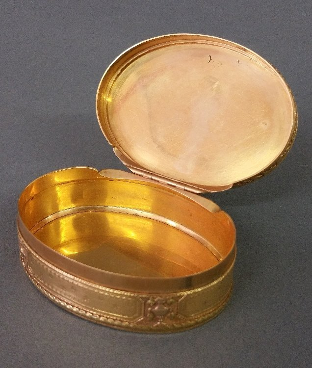 French gold oval snuff box with chased urn and bird - 2