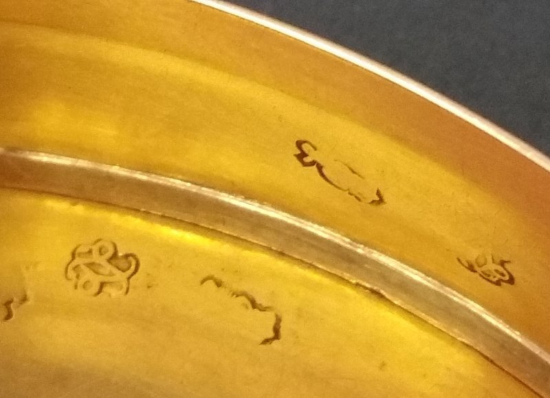 French gold oval snuff box with chased urn and bird - 3