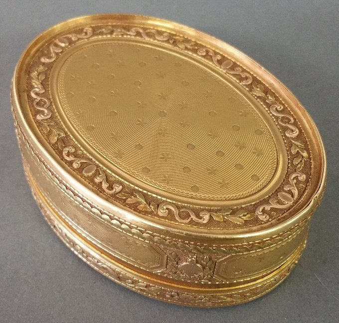 French gold oval snuff box with chased urn and bird - 4