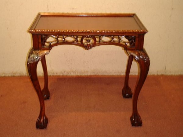 186: Mahogany End Table with Ball/Claw Feet