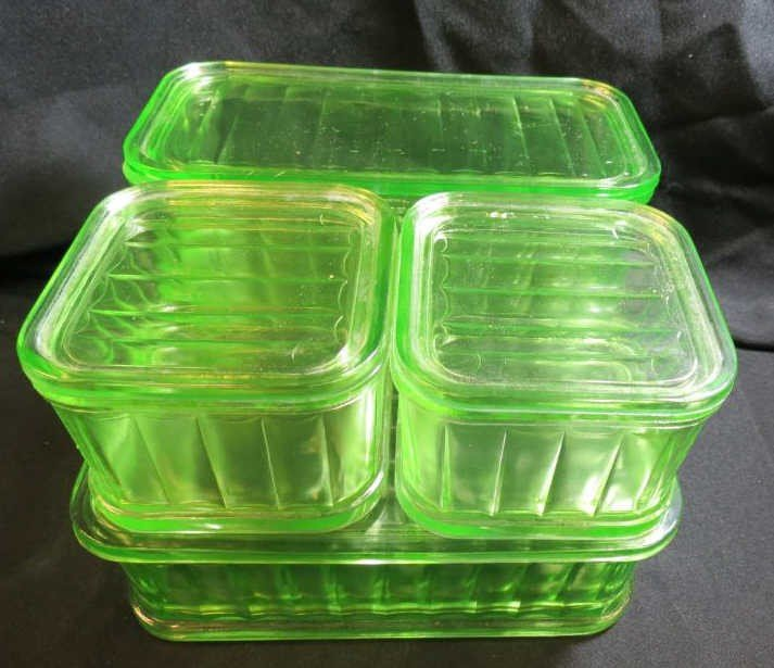 22: Set of four refrigerator dishes, damage to one