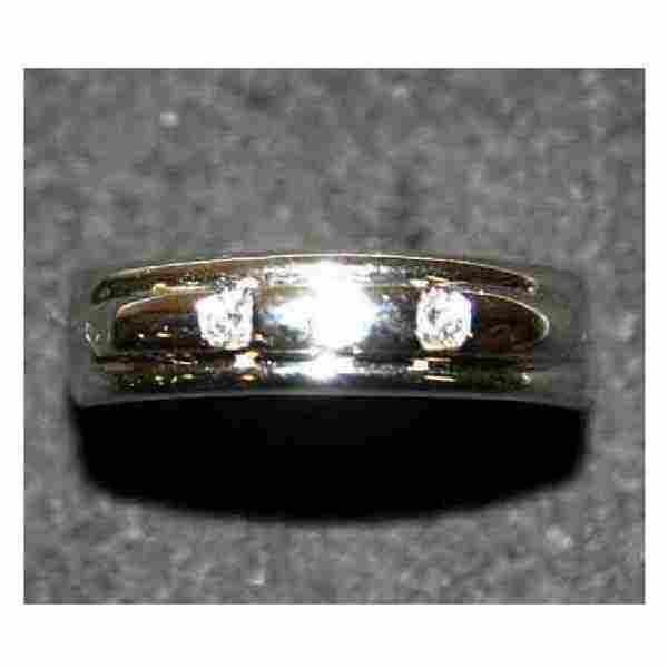 2971: Jewellery - A three stone diamond ring, set in 18