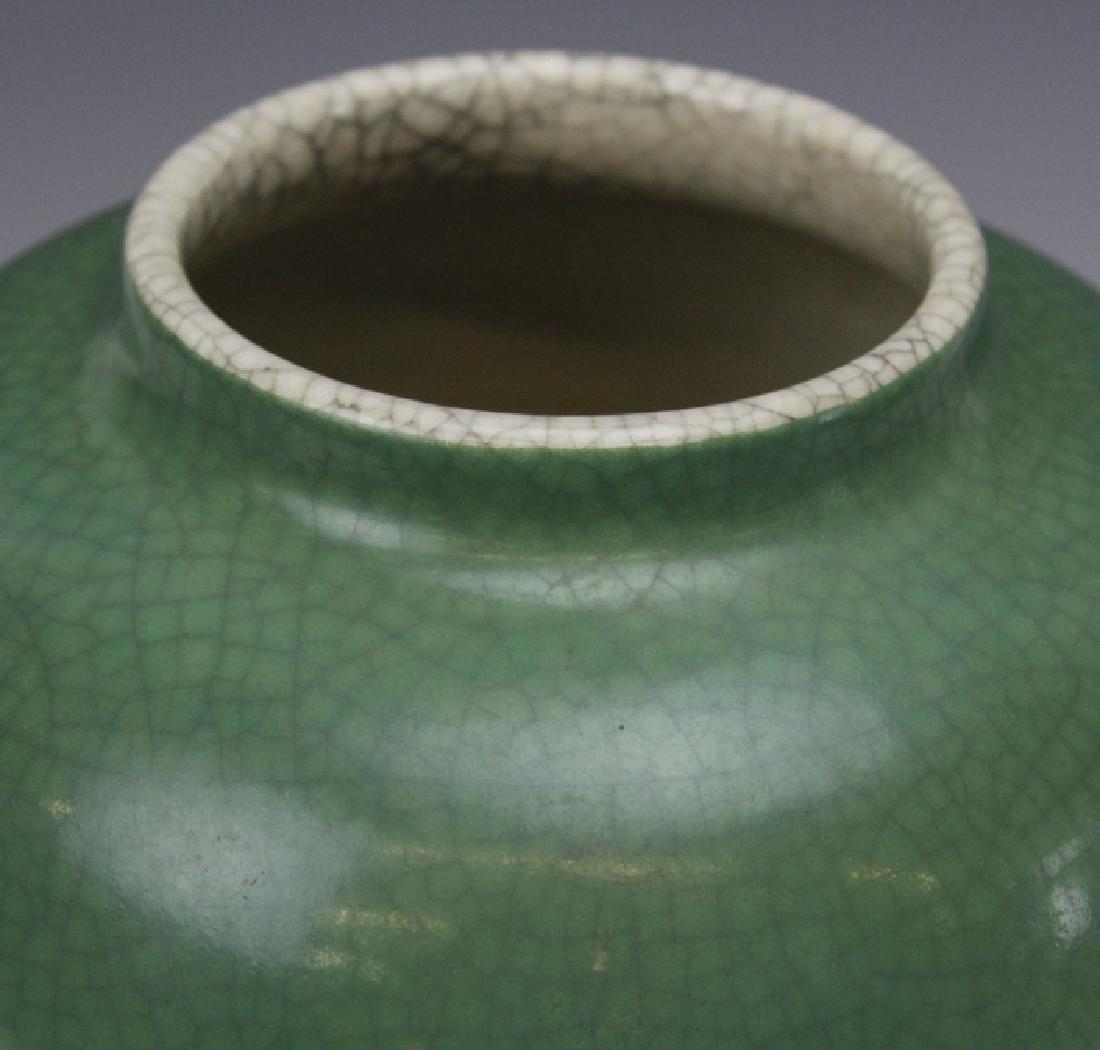 18th - 19th Century Chinese Apple Green Glaze Vase - 2