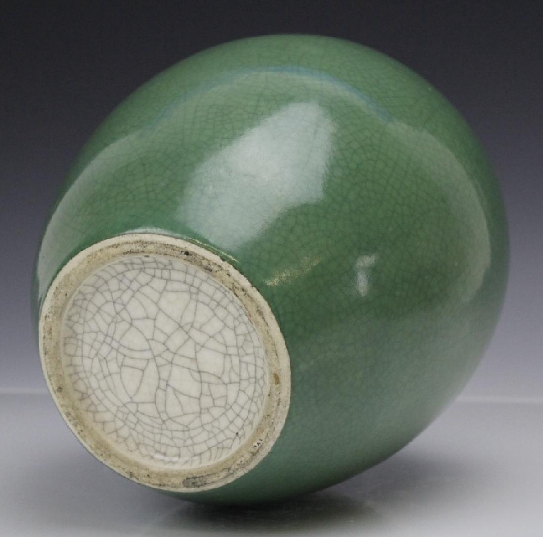 18th - 19th Century Chinese Apple Green Glaze Vase - 4