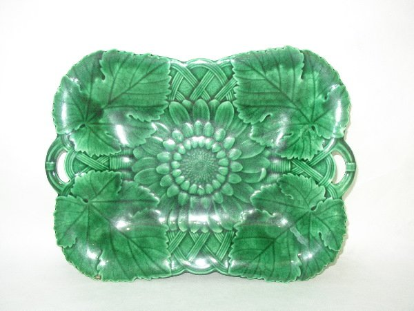 7: WEDGWOOD MAJOLICA PLATTER: C.1900, Green Leaf And Ba