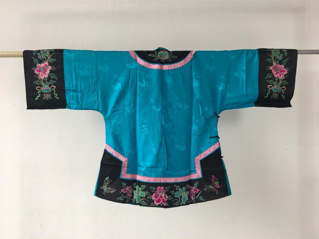 A CHINESE SILK WOMAN'S COAT - 5