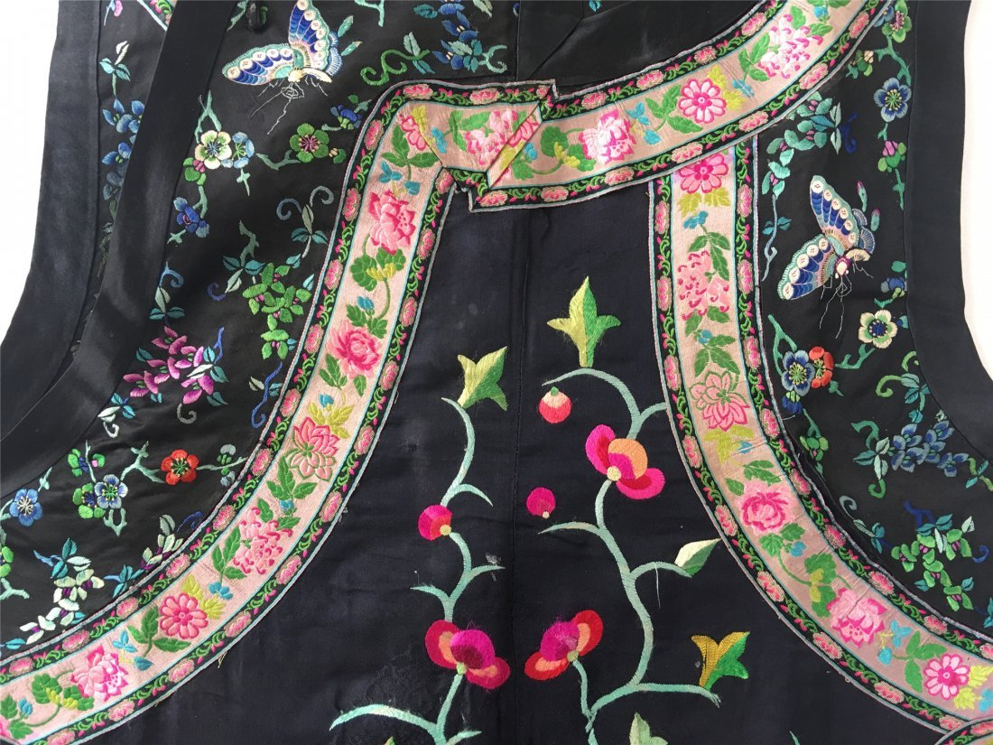 A CHINESE EMBROIDERED SILK LONG VEST - 3