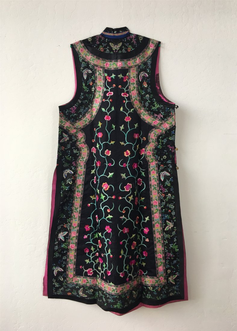 A CHINESE EMBROIDERED SILK LONG VEST - 7