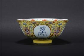 A CHINESE YELLOW GROUND FAMILLE ROSE PORCELAIN BOWL