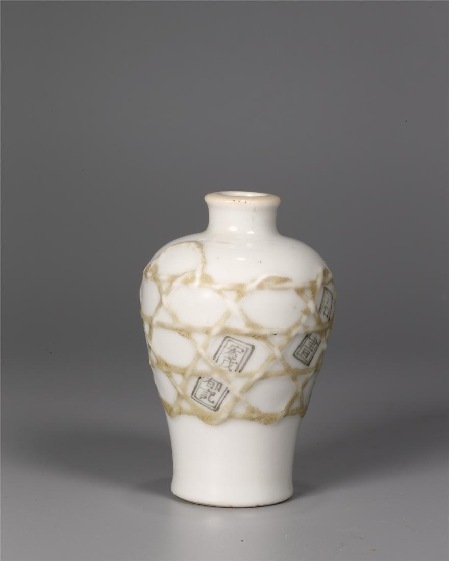 A CHINESE WHITE GLAZED PORCELAIN SNUFF BOTTLE