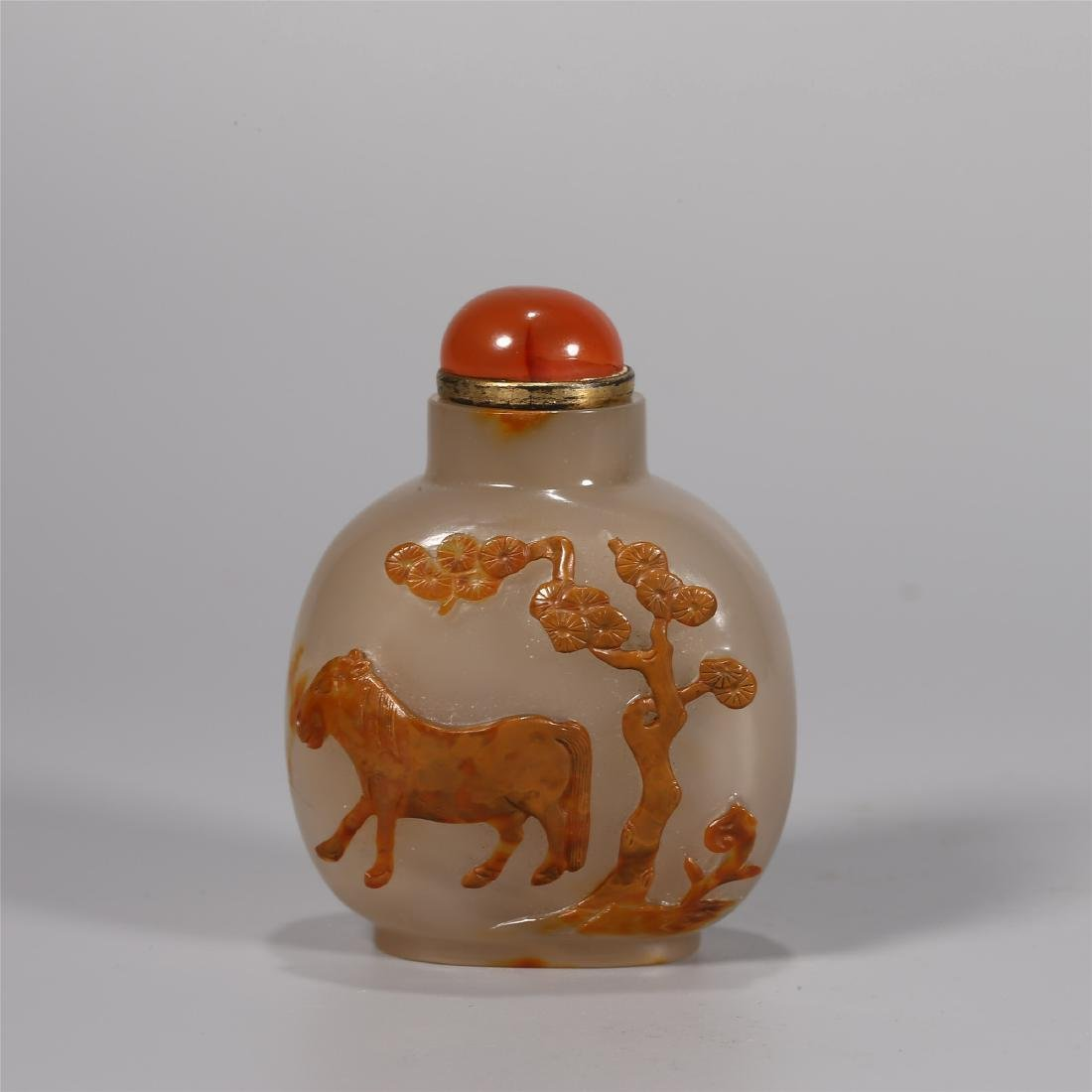 A CHINESE AGATE SNUFF BOTTLE