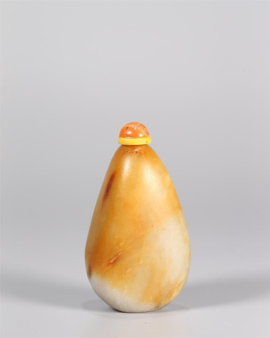 A CHINESE WHITE AND YELLOW JADE SNUFF BOTTLE