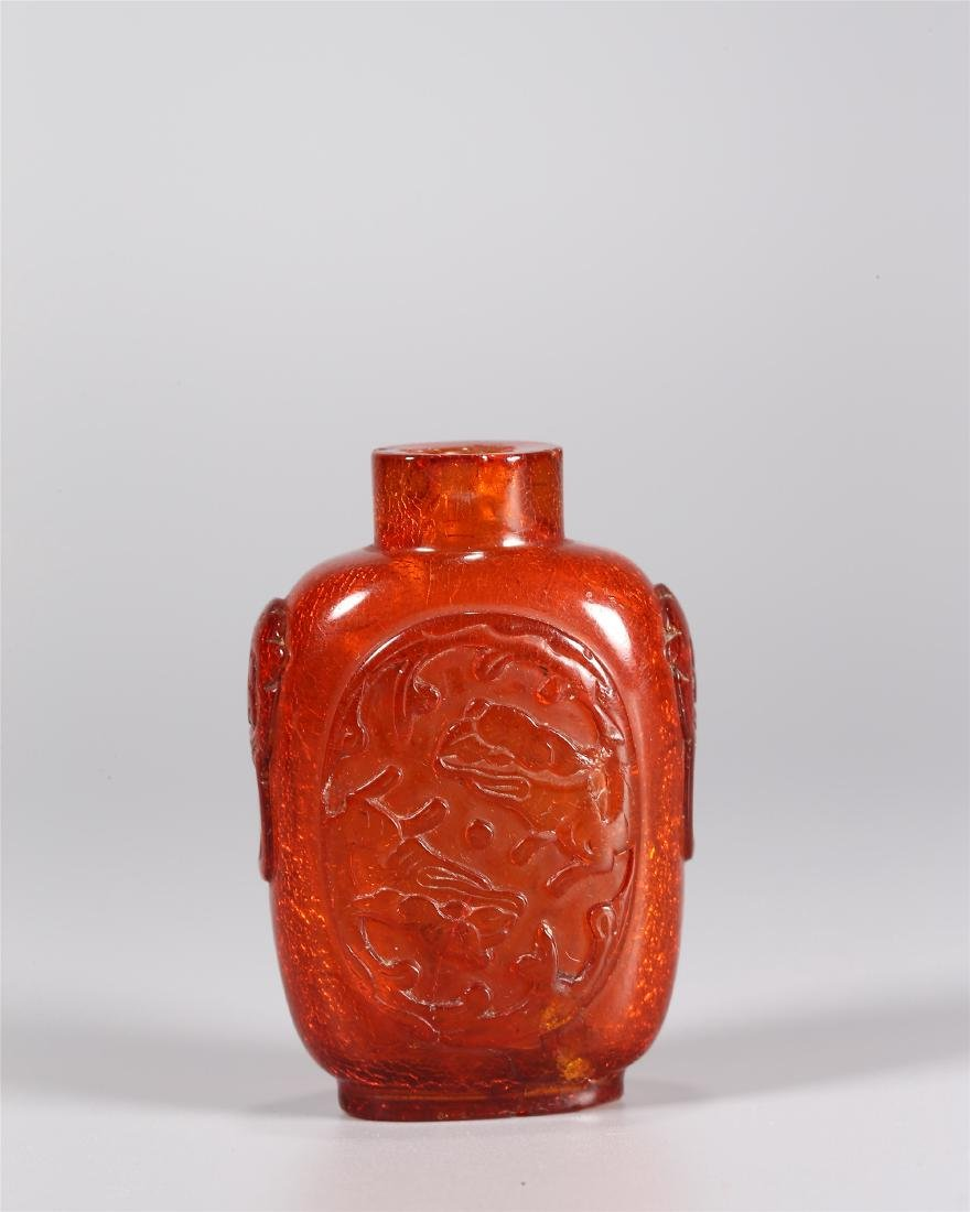 A CHINESE AMBER CHI DRAGON SNUFF BOTTLE