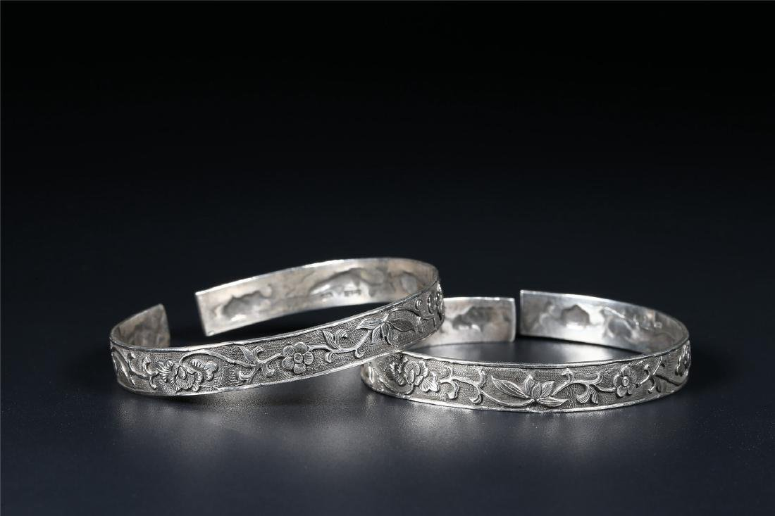 A PAIR OF CHINESE SILVER BANGLES