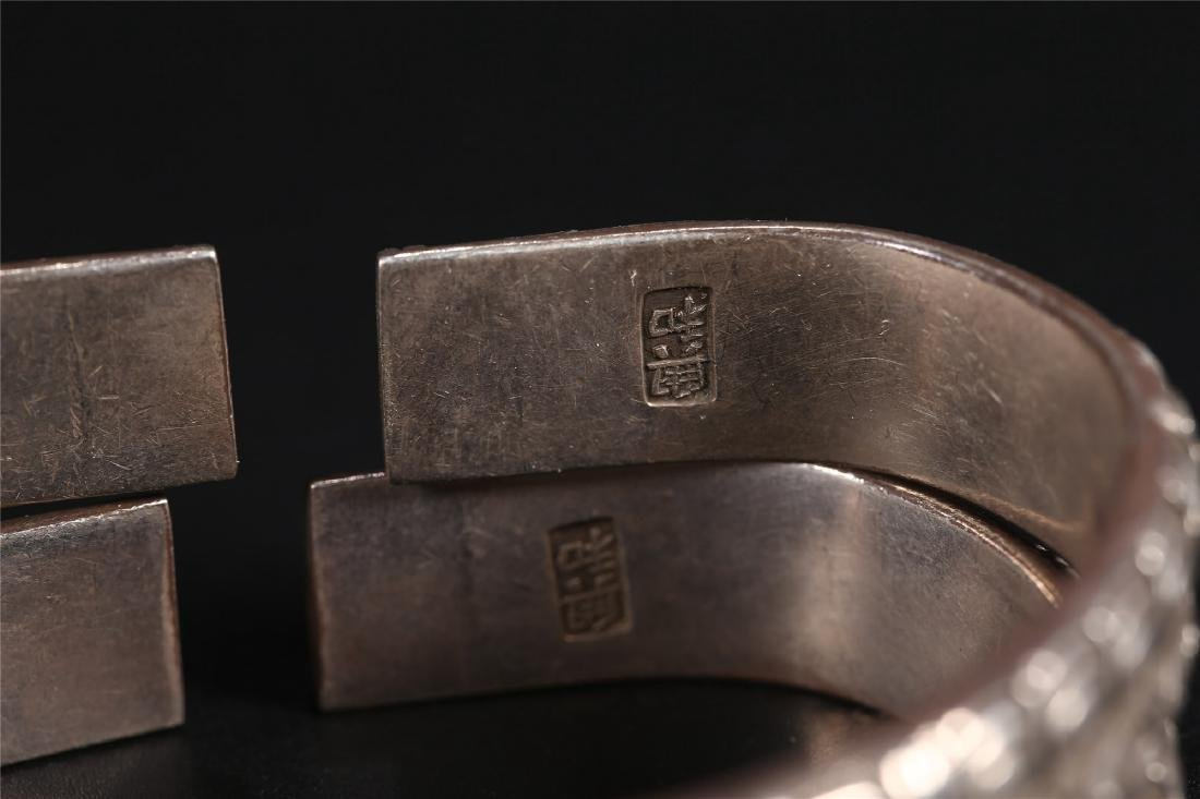 A PAIR OF CHINESE SILVER BANGLES - 4