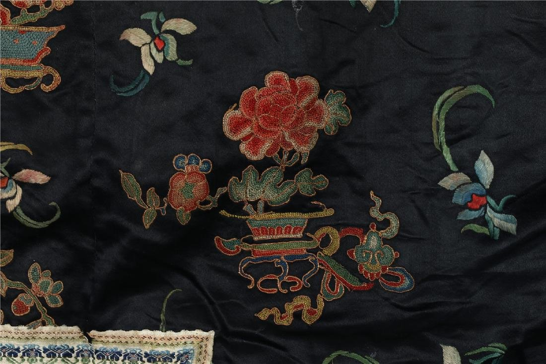 A CHINESE EMBROIDERED SILK WOMAN'S COAT - 4