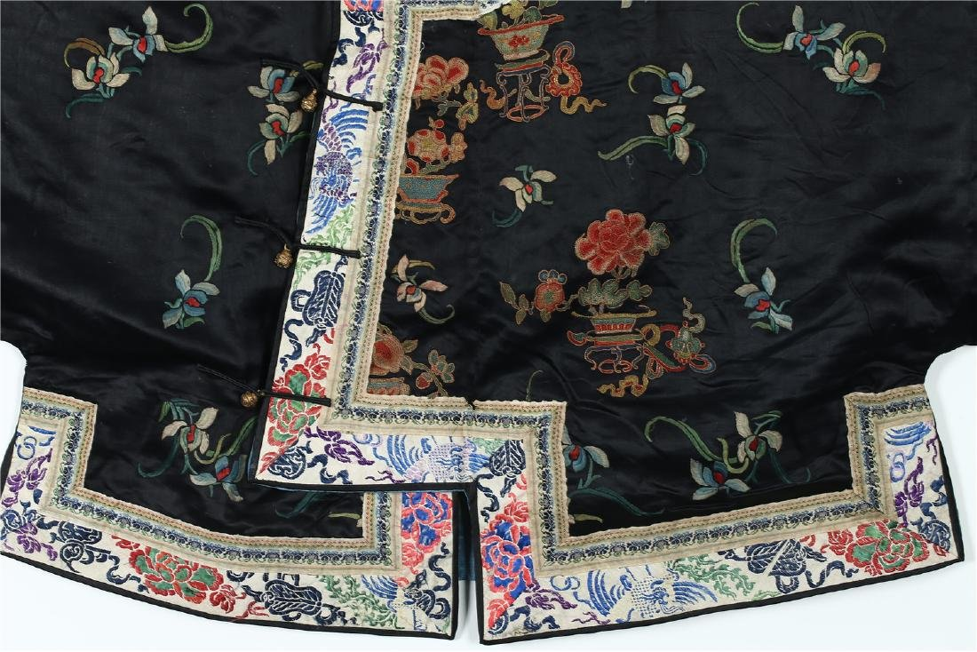 A CHINESE EMBROIDERED SILK WOMAN'S COAT - 5