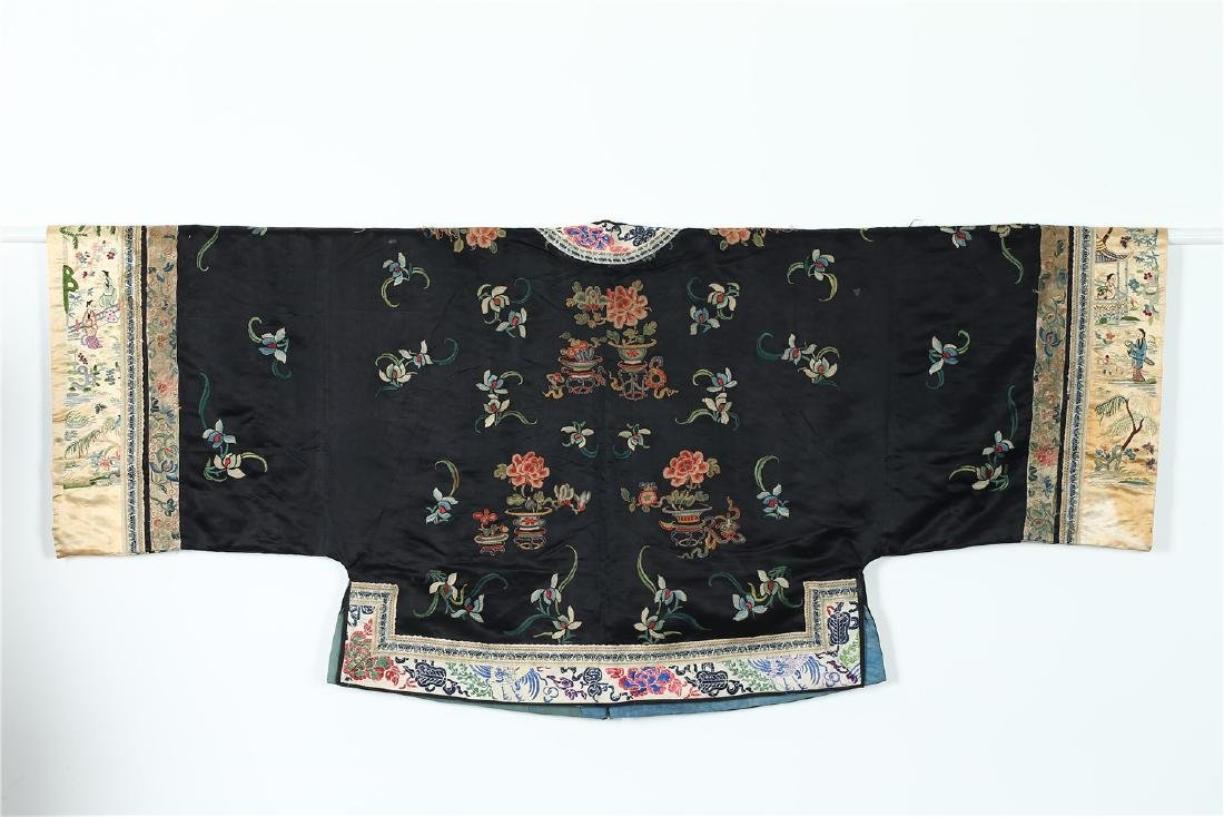 A CHINESE EMBROIDERED SILK WOMAN'S COAT - 7