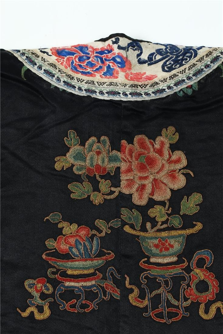 A CHINESE EMBROIDERED SILK WOMAN'S COAT - 9
