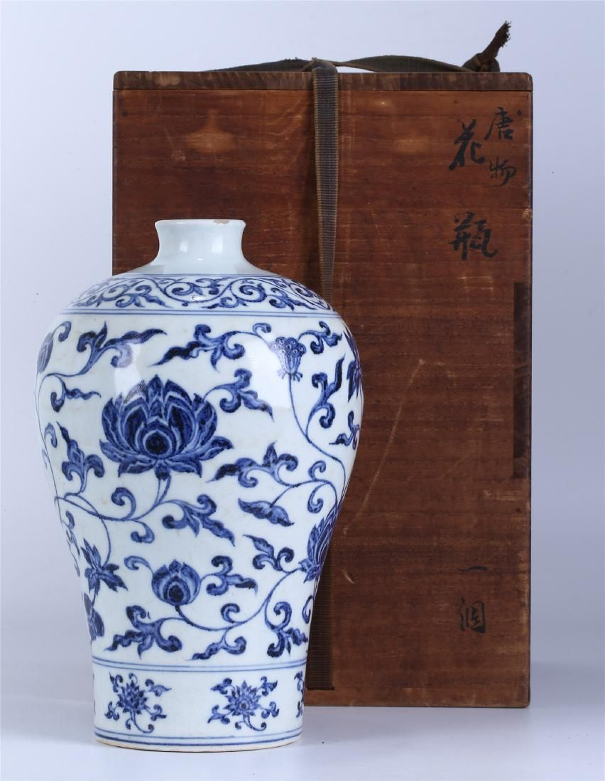 A CHINESE BLUE & WHITE PORCELAIN MEIPING VASE