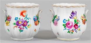 Zwei Cachepots mit Blumendekor