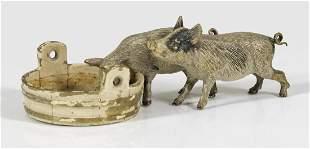 Figurengruppe mit zwei Schweinen am Futtertrog