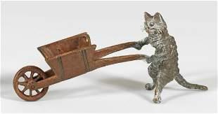 Miniaturfigur einer Katze mit Schubkarre
