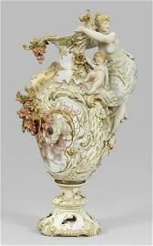 Monumentale Prunkkanne mit reichem plastischen Dekor