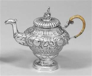 Kleine Teekanne im Barockstil