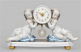 """Große Kaminuhr """"Uhr von zwei Putten getragen""""."""