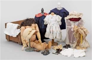 Konvolut Puppenkleidung und Ersatzteile