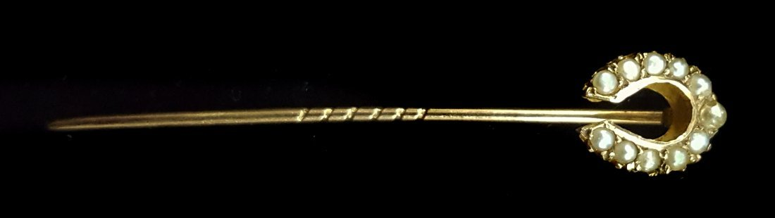 An Edwardian 18ct gold and split pearl horse shoe stick