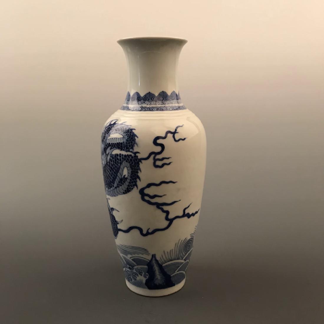 Chinese Blue and white Dragon Vase with Kangxi Mark - 6