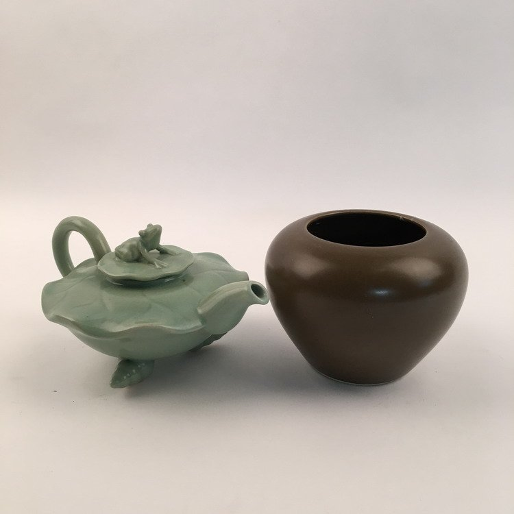 Fine Chinese Teapot and Tes Dust Jar
