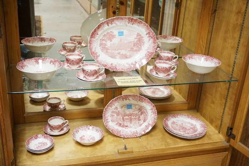 25 PIECES OF MEAKIN RED TRANSFERWARE IN THE *ROMANTIC