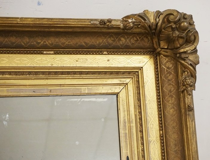 LARGE MIRROR WITH A THICK GOLD GILT FRAME. HAS LOSSES. - 2