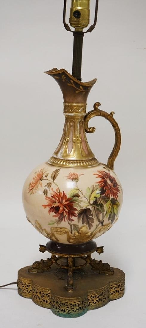 PORCELAIN TABLE LAMP WITH A EWER BODY DECORATED WITH