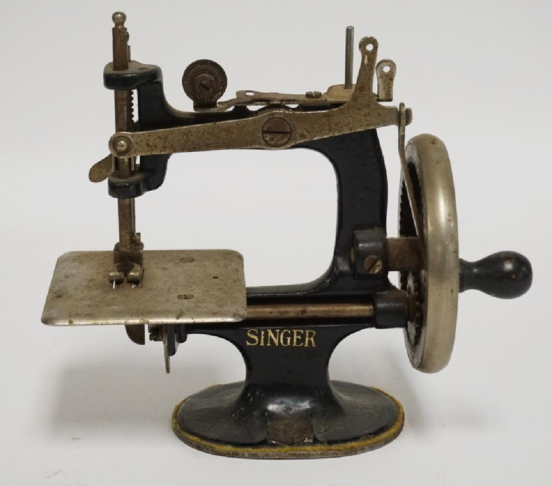 ANTIQUE CAST IRON SINGER CHILDS TOY SEWING MACHINE.