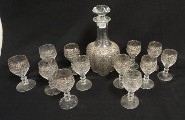 ETCHED DECANTER WITH 12 WINES