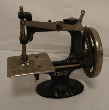 2008: CHILDS SINGER SEWING MACHINE