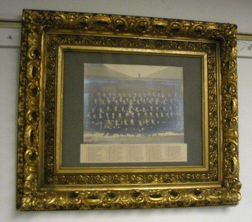 1011: GILT VICTORIAN FRAME W/1899 CLASS PHOTO
