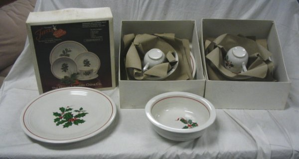 1090: FIESTA LOT; HOLIDAY; THREE 5 PC PLACE SETTINGS IN